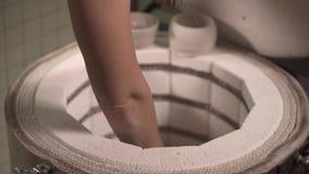Erhalten von Tonwaren im Ofen stock video footage