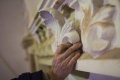 Erhaltungsarbeit - Wiederherstellung des Kunststucks auf der Gebäudewand Lizenzfreies Stockfoto