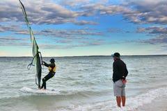 Erhellen Sie Le Sands Strand-D, den Sportsegler ausbilden stockfotografie
