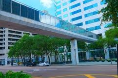 Erhöhte Gehwegbrücke zwischen zwei Gebäuden Lizenzfreie Stockbilder