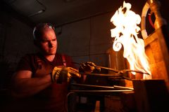 Erhitzendes Stahlstück im Ofen lizenzfreie stockfotos