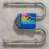 Erhitzter Handtuchhalter mit Farbtuch lizenzfreie stockfotos