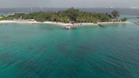 Erholung auf exotischer Insel, teurer Ozeanküste des Geschmacks mit tropischer Vegetation und Sommerwasser, Vogelperspektive stock footage