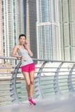 Erholung und Telefon während der Übung Athletische Frau im sportswe Stockbilder