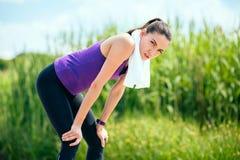 Erholung vor oder nach Training und Betrieb im Park Schönheit auf purpurrotem T-Shirt, auf Naturhintergrund stockfotografie