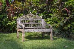 Erholungsgebiet und alte Holzbank im tropischen Garten Ubud, Insel Bali, Indonesien Stockfotografie