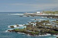 Erholungsort auf einer Küstenlinie lizenzfreies stockbild