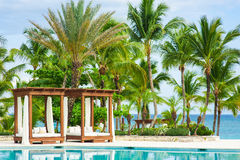 Erholungsortpool Swimmingpool im Freien des Luxushotels. Swimmingpool im Luxus-Resort nahe dem Meer. Tropisches Paradies. Swimming Lizenzfreie Stockfotos