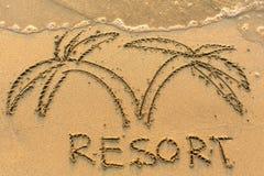 Erholungsortwort und Palme - gezeichnet auf den Sandstrand mit der weichen Welle Reise Lizenzfreie Stockfotografie