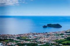 Erial-Ansicht von Vila Franca tun Campo-Stadt mit seinem berühmten vulkanischen Stockfoto