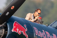 Eric Goujon réapprovisionne en combustible les avions de corsaire de Vought F4U-4 de la collection volante de taureaux photo libre de droits