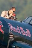 Eric Goujon tankt die Seeräuberflugzeuge Vought F4U-4 von der fliegenden Stier-Sammlung wieder stockfotografie
