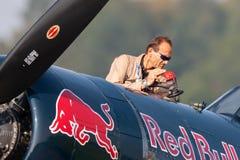 Eric Goujon tankt die Seeräuberflugzeuge Vought F4U-4 von der fliegenden Stier-Sammlung wieder lizenzfreies stockfoto