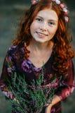 Erica di fioritura della bella tenuta riccia della ragazza Immagini Stock Libere da Diritti