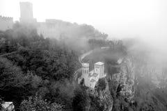 Erice dans le brouillard est la ville unique de la Sicile - l'Italie images stock