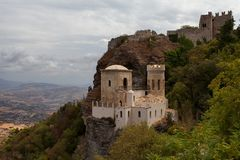 Erice, de provincie van Trapan, Sicilië, Italië - het Pepoli-Kasteel is ook genoemd geworden Venus Castle Castello di Venere royalty-vrije stock foto