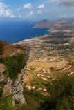 Erice, Trapani prowincja, Sicily, Włochy - Panoramiczny widok od Erice przy morza śródziemnomorskiego Tyrrhenian morzem drogą Eri Zdjęcie Stock