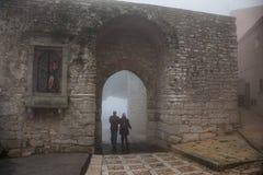 Erice Trapani, Sicilien, Italien - stad i dimman, Porta Trapani Arkivfoton