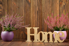 Eriche in vasi ceramici e la lettera & il x27; home& x27; Fotografie Stock