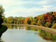 Erie-Kanal mit Herbst-Reflexionen lizenzfreies stockfoto