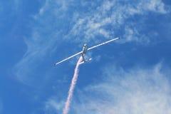 Erinnerungs-Airshow Aerobatic sailplane withlight Team des Fliegen-Segelflugzeugs, das seine Leistung, Raucheffekt zeigt Stockbilder