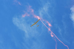 Erinnerungs-Airshow Aerobatic sailplane withlight Team des Fliegen-Segelflugzeugs, das seine Leistung, Raucheffekt zeigt Lizenzfreies Stockfoto
