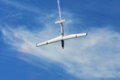 Erinnerungs-Airshow Aerobatic sailplane withlight Team des Fliegen-Segelflugzeugs, das seine Leistung, Raucheffekt zeigt Stockbild