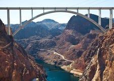 Erinnerungsbrücken-Bogen über nahe gelegenem Hooverdamm des Colorados Stockfotos