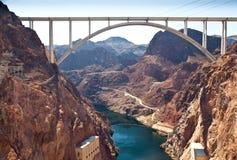 Erinnerungsbrücken-Bogen über nahe gelegenem Hooverdamm des Colorados Stockbilder