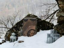 Erinnerungsstein des slowakischen Bergsteigers auf Spitze im Winterwald lizenzfreie stockfotografie