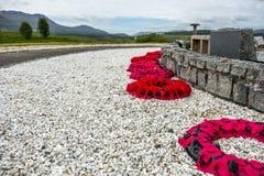 Erinnerungstagesmohnblumen, die nah an dem Kommandodenkmal in Spean-Brücke, Schottland - Vereinigtes Königreich legen Lizenzfreies Stockbild