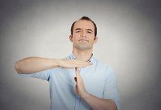 Erious ufny biznesowy mężczyzna pokazuje czas out gestykuluje Obraz Stock