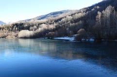 Eriste湖一个早晨在12月没有云彩和好的eflections在水中 库存照片