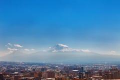 Eriwan, Armenien - 26. September 2016: Eine Ansicht von Eriwan vom Kaskadenkomplex am sonnigen Tag und Ansicht über Ararat Lizenzfreie Stockfotografie