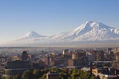 Eriwan, Hauptstadt von Armenien bei dem Sonnenaufgang mit den zwei Spitzen des Ararats auf dem Hintergrund lizenzfreies stockfoto
