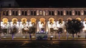 Eriwan-Nachtansicht armenien Rathaus und der alte Tempel des Kaisers Augustus stockfotografie