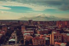 Eriwan-Stadtbild Reise nach Armenien Tourismusindustrie Eindrucksvoller der Ararat-Hintergrund Bewölkter Himmel Armenische Archit lizenzfreie stockfotos
