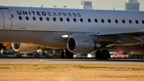ERJ170 expresso unido na maneira do táxi que prepara-se para decolar foto de stock royalty free