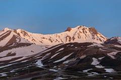 Erjiyes雪报道的山峰 库存照片