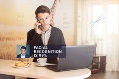 Erkenning van mannelijk gezicht Biometrische controle en identificatie Stock Afbeeldingen