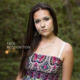 Erkenning van vrouwelijk gezicht Biometrische controle en identificatie Stock Foto's
