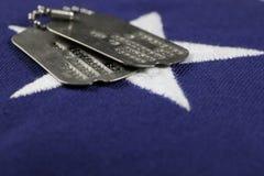 Erkennungsmarken auf Flagge Stockfotos