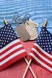 Erkennungsmarken und Flaggen auf patriotischer Tabelle Stockfoto