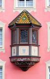 Erker-Fenster auf roter Wand Lizenzfreie Stockbilder