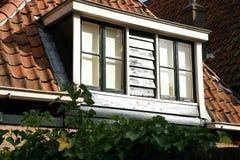 Erker mit Fenstern auf dem Dach Stockfoto