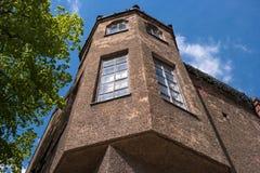 Erkerfenster auf der Fassade des Hauses Stockfotos