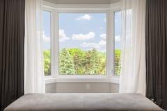 Erkerfenster mit Sommeransicht Stockbilder