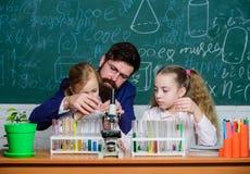 Erkl?ren von Biologie Kindern Wie man Kinder interessiert zu studieren Faszinierende Biologielektion B?rtige Lehrerarbeit des Man stockfoto