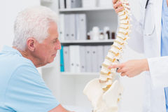 Erklärender anatomischer Dorn Doktors zum älteren Mann Lizenzfreies Stockfoto