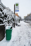 Erlangen, Γερμανία - 18 Δεκεμβρίου: Χιονισμένη στάση λεωφορείου με το rubb Στοκ φωτογραφίες με δικαίωμα ελεύθερης χρήσης